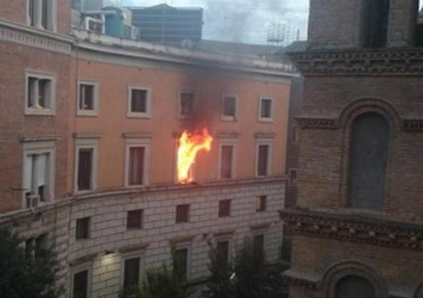 310x0_1429813968503_L_incendio_al_ministero_della_giustizia___da_Twitter__fberguido_-kudH-U43080194211697PmG-1224x916@Corriere-Web-Roma-593x443