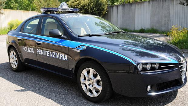 auto_blu_allasta_esplode_il_caso_della_polizia_penitenziaria_26240