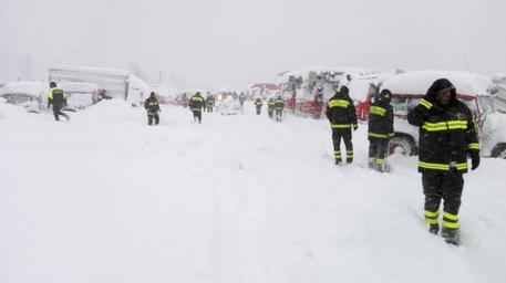 Vigili dell fuoco all'opera in Abruzzo. Nelle zone al confine tra Lazio, Marche e Abruzzo interessate dalle scosse di questa mattina stanno operando già 750 vigili che erano presenti in zona per gli interventi di messa in sicurezza dopo i terremoti di agosto e novembre. L'Aquila, 18 gennaio 2017. ANSA/ UFFICIO STAMPA VIGILI DEL FUOCO +++EDITORIAL USE ONLY - NO SALES+++