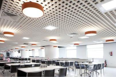 controsoffitto-con-applicazione-di-lampade-in-sala-mensa-azienda